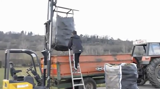Firewood delivery with Open-bottom big-bags
